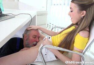 Neta fazendo sexo com avô