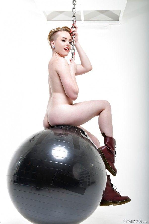 Miley-Cyrus-Naked-Naked-3