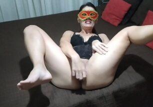 Video de coroa pelada na webcam enfiando consolo na buceta