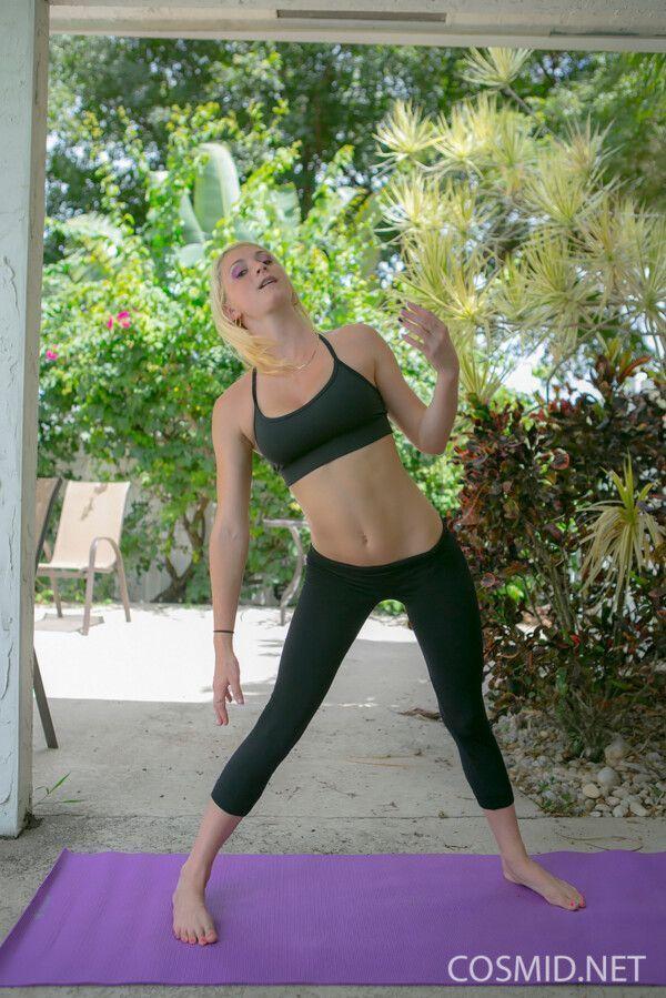 Essa loira safada foi fazer uns exercícios para ficar mais gostosa