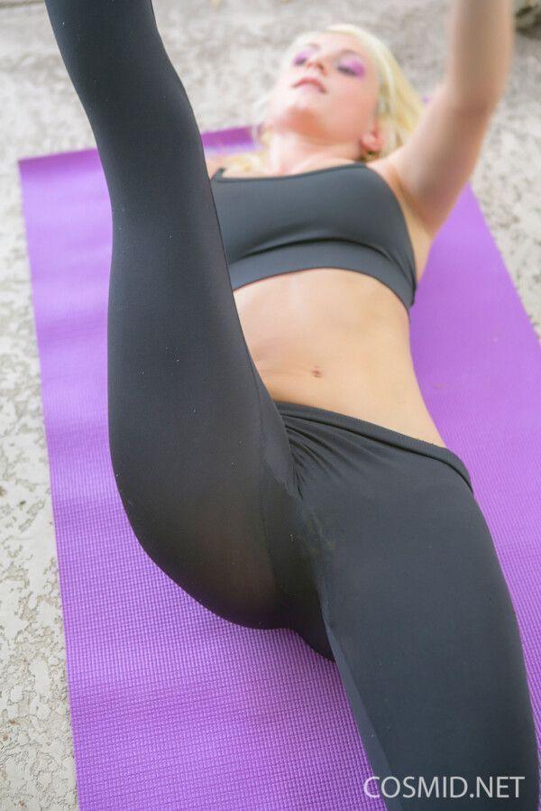 essa-loira-safada-foi-fazer-uns-exercicios-para-ficar-mais-gostosa-3