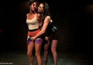 lesbicas-safadas-abusando-de-amiga-gostosa-2-306x214