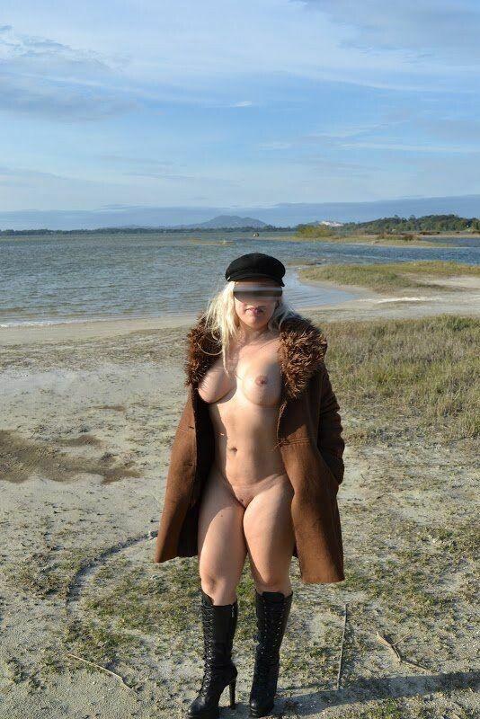 裸体金发皇冠在沙漠海滩上展示她的猫 0