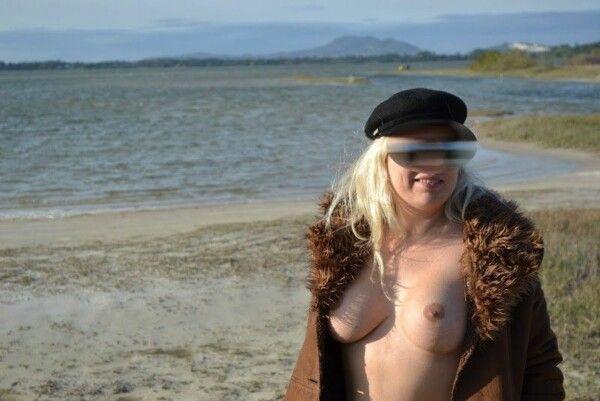 裸体金发皇冠在沙漠海滩上展示她的猫 1