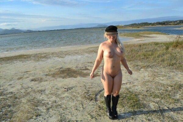 裸体金发皇冠在沙漠海滩上展示她的猫 3