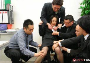 Executiva asiática da buceta gostosa sendo abusada pelos colegas tarados de sua empresa