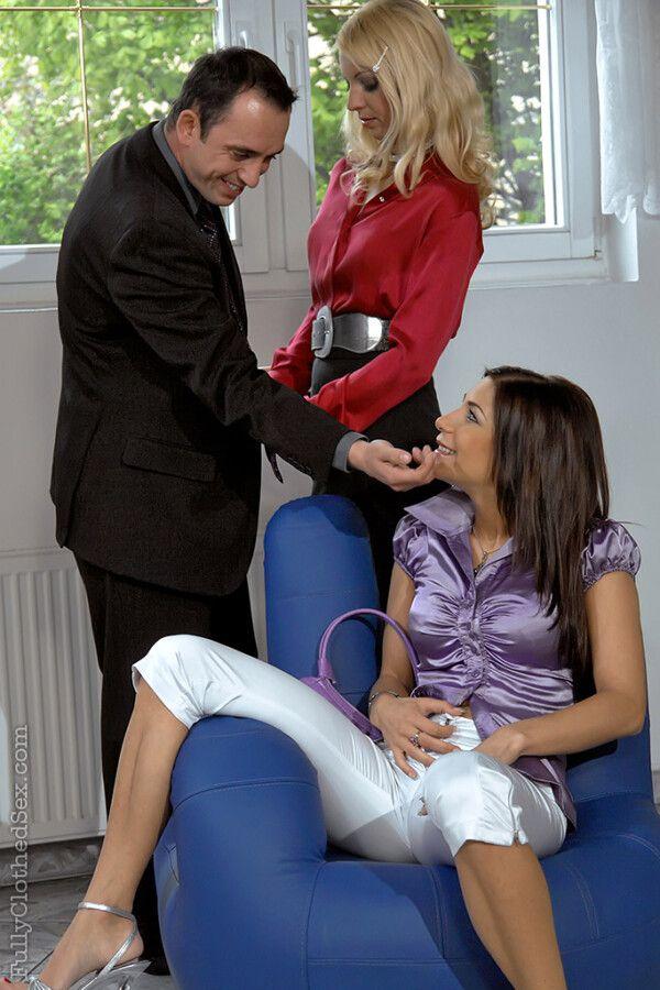 Loira e morena pelada fazendo sexo delicioso a três depois do trabalho isso sim que é uma equipe unida