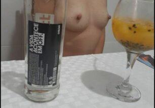 magrinha-novinha-segurando-duas-rola-grossa-depois-de-beber-uma-vodka-1-306x214