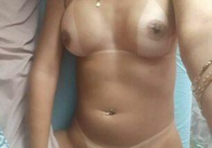 morena-gostosa-pelada-exibindo-as-marquinhas-para-c-mera-fotografica-0-306x214