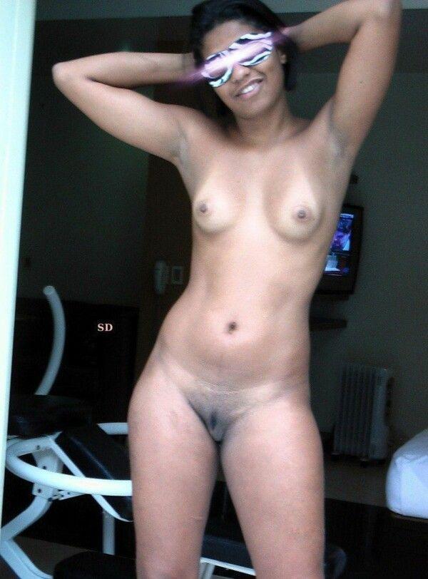 黑发裸体猫吞咽他妈的她的男性 10