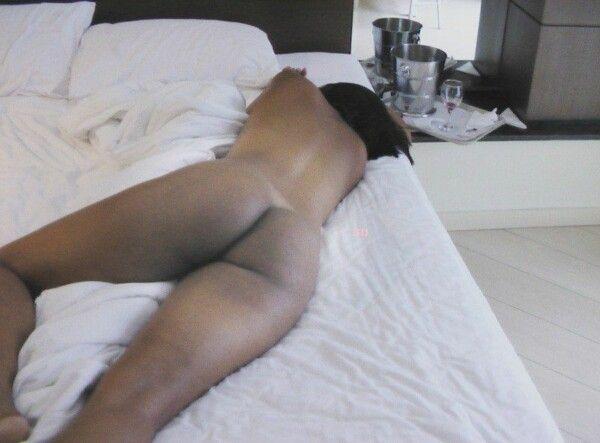黑发裸体猫吞咽他妈的她的男性 9