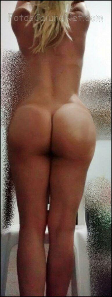 裸体女人展示她的热猫10-scaled