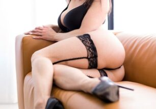 novinha-morena-peituda-de-lingerie-no-sofa-da-sala-mostrando-seu-corpo-perfeito-1-306x214