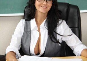 professora-coroa-gostosa-se-masturbando-e-gozando-na-sala-de-aula-0-306x214