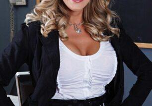 Professora loira de sexologia ficando pelada e mostrando a buceta cabeluda