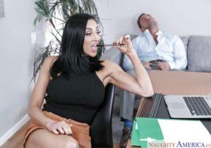 Secretária morena fogosa bem novinha dando para cliente na recepção xxx sex