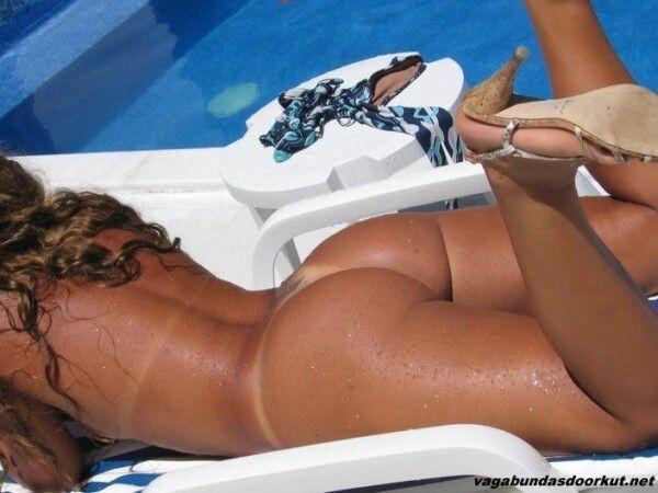 brasileira-pelada-empinando-o-rabo-para-fotos-na-piscina-3