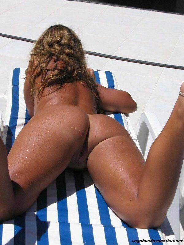 brasileira-pelada-empinando-o-rabo-para-fotos-na-piscina-5