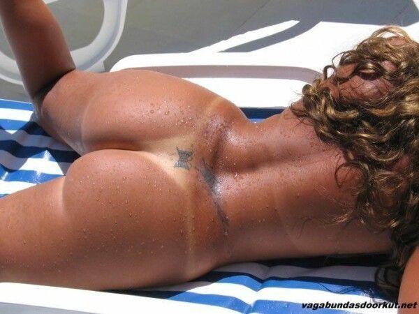 brasileira-pelada-empinando-o-rabo-para-fotos-na-piscina-8