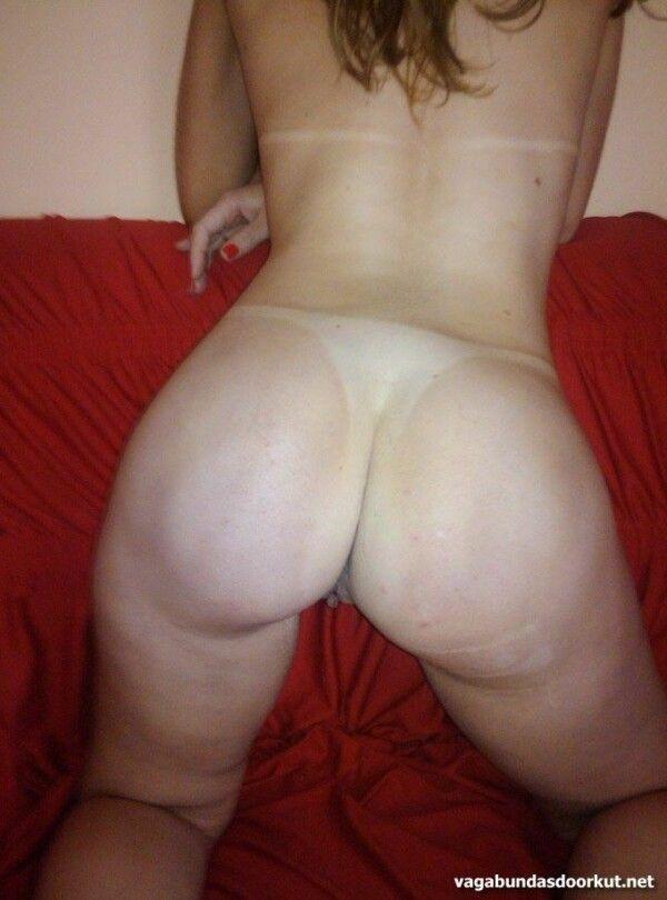 金发晒黑展示她的阴户和美味的胸部-1