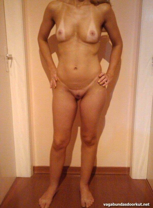 金发晒黑展示她的阴户和美味的胸部-2