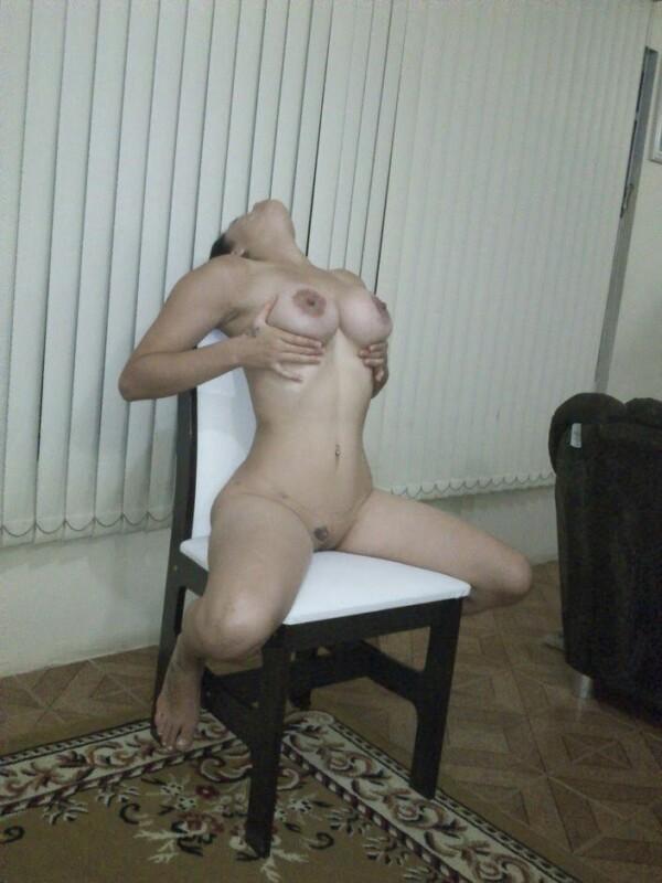 Morena pelada mostrando seu corpo malhado em fotos amadoras