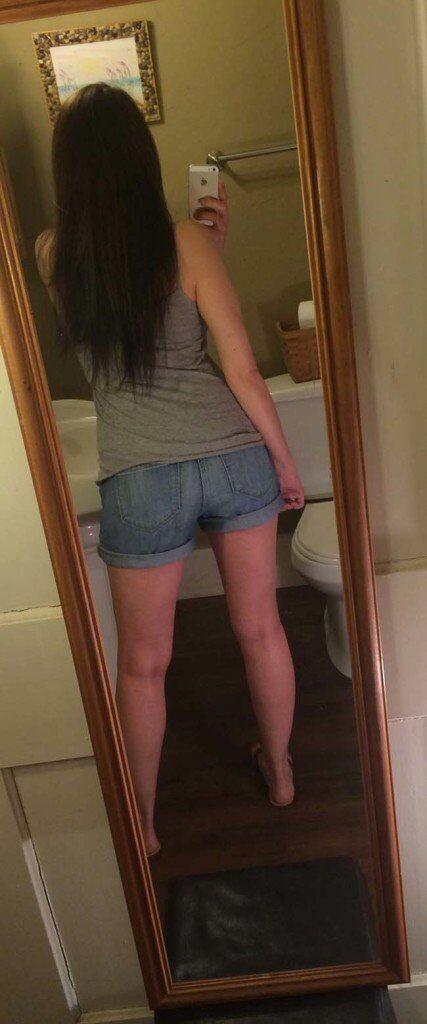 ninfetinha tirando varias fotos no espelho
