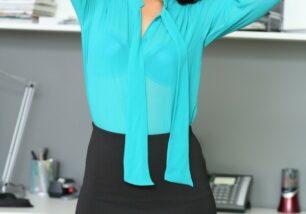 secretaria-asiatica-pelada-no-escritorio-0-306x214