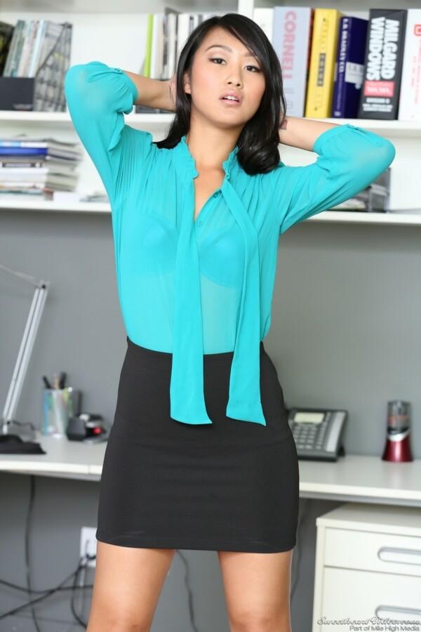 secretaria-asiatica-pelada-no-escritorio-0