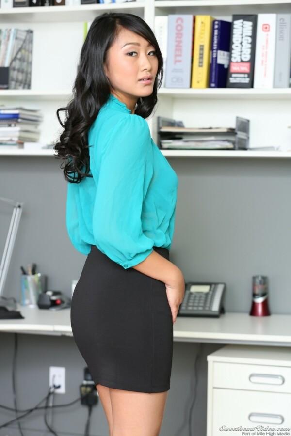 secretaria-asiatica-pelada-no-escritorio-1