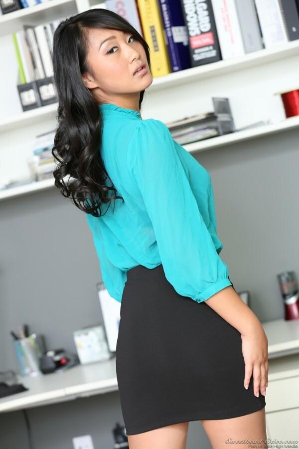 secretaria-asiatica-pelada-no-escritorio-2