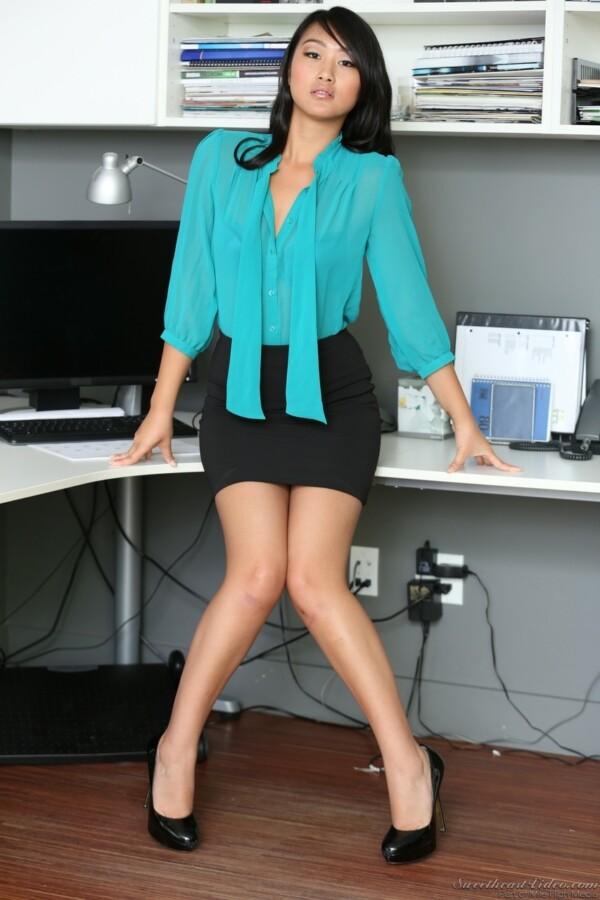 secretaria-asiatica-pelada-no-escritorio-3