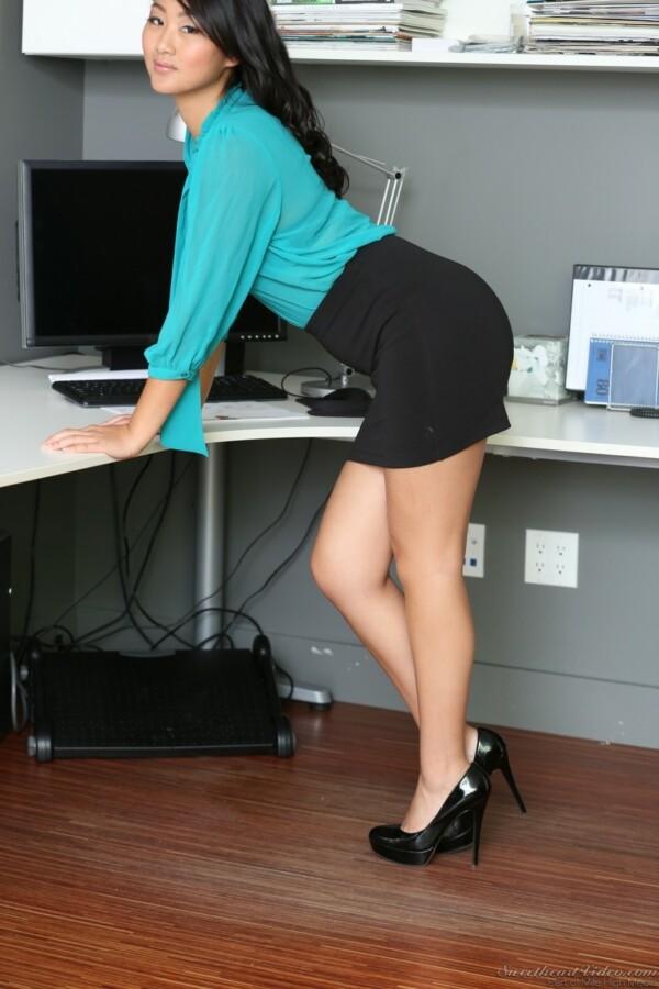 secretaria-asiatica-pelada-no-escritorio-4