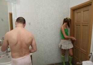 Cunhado dotado fudendo a novinha no banheiro