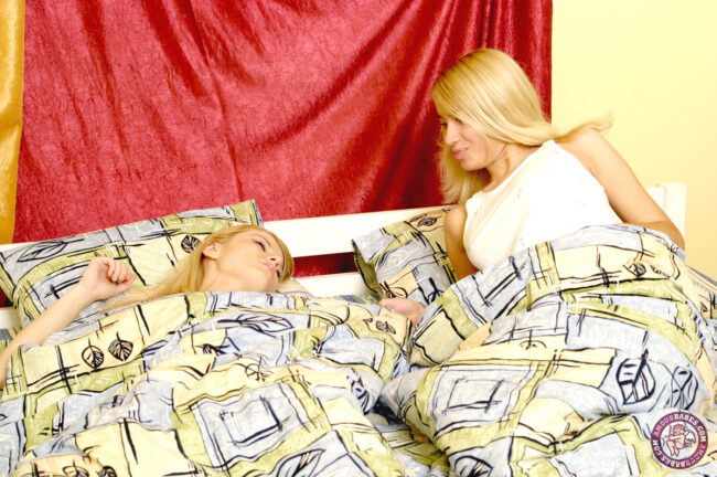 karsti blondīne-kļūst-un nepieredzējusi-0
