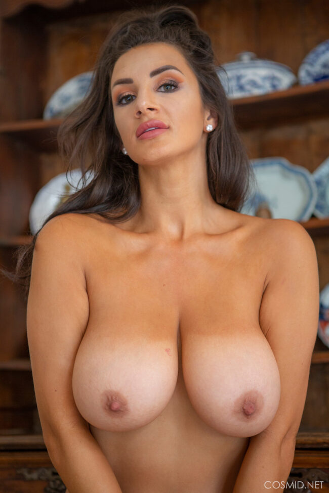 busty-model-покажува-големи-гради-5